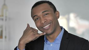 Contattici, chiamimi, l'uomo d'affari afroamericano casuale Open per aiutare i clienti archivi video
