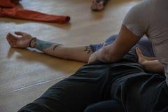 contatto dei ballerini, sul pavimento fotografia stock libera da diritti