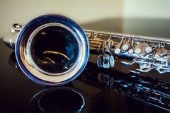 Conteúdo do saxofone Instrumento clássico dos sopros Jazz, azuis, clássicos Música Saxofone em um fundo preto Surfac preto do esp fotos de stock