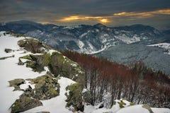 Conte d'hiver avec le coucher du soleil de montagne Images libres de droits