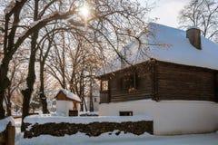 Conte d'hiver dans un vieux village rustique Photographie stock libre de droits