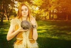 Conte de fées au sujet de princesse avec la boule mortelle des fils en bois Photo libre de droits