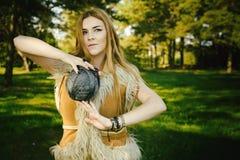 Conte de fées au sujet de princesse avec la boule mortelle des fils en bois Photos stock