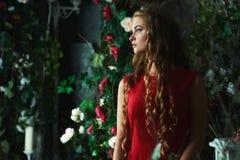 Conte de fées Belle princesse dans la robe rouge se reposant dans un jardin mystique image libre de droits