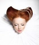 Conte de fées. Théâtre. Femme de fantaisie dans la vrille médiévale - rétro coiffure fantastique. Imagination Image stock