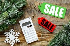 Conte os benefícios da venda do inverno A venda da palavra em etiquetas coloridas aproxima a calculadora e o ramo spruce em de ma Imagem de Stock