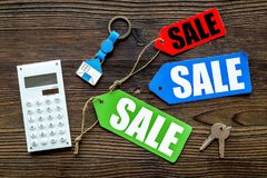 Conte os benefícios da venda Venda da palavra em etiquetas coloridas perto da calculadora na opinião superior do fundo de madeira Imagem de Stock Royalty Free