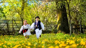 Contea di Maramures nel tempo di primavera con gli alberi di fioritura e correre dei bambini fotografia stock libera da diritti