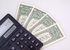 Conteggio dei dollari sul calcolatore Fotografia Stock Libera da Diritti