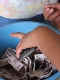 Conteggio dei soldi in un'istituzione di microfinanza Fotografia Stock Libera da Diritti
