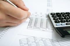 Conteggio del reddito sul calcolatore Fotografia Stock Libera da Diritti