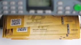 Conteggio della macchina con il mucchio delle banconote di Bitcoin dell'oro video d archivio