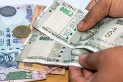 Conteggio della valuta della rupia indiana, soldi immagini stock libere da diritti