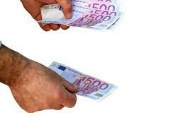 Conteggio delle 500 banconote euro su fondo bianco Immagine Stock