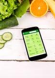 Conteggio delle calorie in smartphone Immagini Stock Libere da Diritti