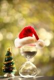 conteggio di +EPS giorni 'lavorare alla lavagna di natale Albero di Natale moderno e della clessidra Fotografia Stock