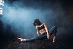 Contemp que baila al ejecutante femenino en clase de danza imagen de archivo