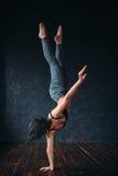 Contemp tana gimnastyczny ćwiczenie w studiu Zdjęcia Stock