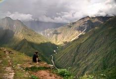 Contemplando as montanhas de Machu Picchu, Cusco, Peru Fotos de Stock Royalty Free