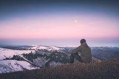 Contemplation de l'augmentation de lune r photos stock