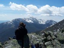Contempling die weißen Berge Stockfotos