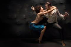 Contemporain de danse de couples au-dessus du fond des âmes Photographie stock