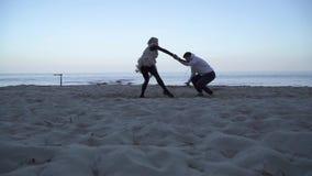 Contemporain de danse de jeunes couples interraciaux de sports dehors Type asiatique et danse caucasienne de fille dans le style  clips vidéos