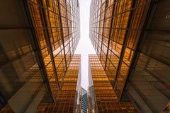 Contemporain de gratte-ciel d'or au district des affaires photos libres de droits