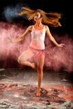 Contemporay舞蹈女孩旋转桃红色蓝色粉末 免版税库存图片