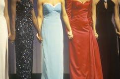 Contendientes del desfile de belleza en vestidos fotos de archivo