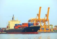 Contenedor comercial del nave y para mercancías en el uso del puerto para el expor de la importación Imágenes de archivo libres de regalías