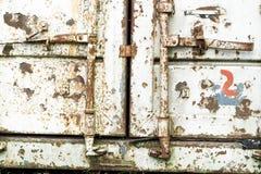 Contenedor oxidado viejo que cierra el primer del sistema fotografía de archivo libre de regalías