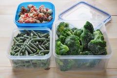 Contenedores de almacenamiento plásticos vacíos de la comida el concepto de almacenamiento de larga duración de productos Foto de archivo libre de regalías