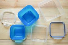 Contenedores de almacenamiento plásticos vacíos de la comida el concepto de almacenamiento de larga duración de productos Foto de archivo