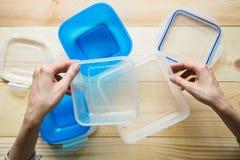 Contenedores de almacenamiento plásticos vacíos de la comida el concepto de almacenamiento de larga duración de productos Imagen de archivo libre de regalías