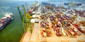 Contenedores para mercancías por el mar en el muelle comercial Fotografía de archivo