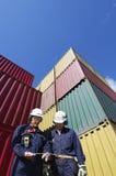 Contenedores para mercancías y trabajadores Imagenes de archivo