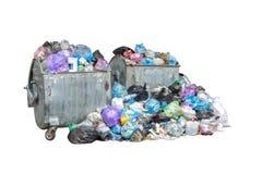 Contenedores que son llenos con basura y la pila grande de basura en los bolsos de basura azules negros aislados en el fondo blan foto de archivo libre de regalías