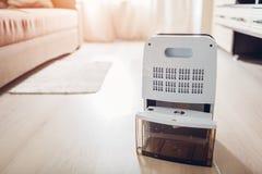 Conteneur changeant de l'eau de déshumidificateur à la maison Humidité en appartement Technologie moderne image stock