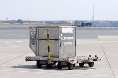 Conteneur de cargaison à l'aéroport Photographie stock libre de droits