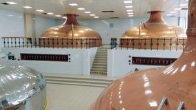 Conteneurs avec de la bière de brassage à une usine d'alcool banque de vidéos