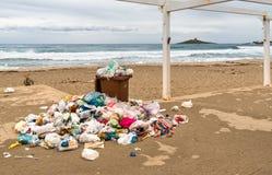 Conteneurs avec des déchets sur le sable au delle Femmine d'Isola en Sicile photographie stock libre de droits