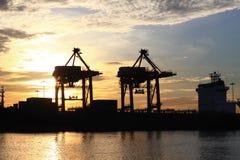Conteneurs chargeant au port de commerce de mer Images libres de droits