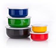 conteneurs colorés en plastique Image stock