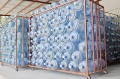 Conteneurs d'eau en bouteille Photos libres de droits