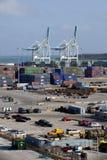 Conteneurs de cargaison en acier empilés sur le dock Image stock