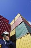 Conteneurs de cargaison et ouvrier de dock Images libres de droits