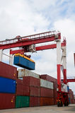 Conteneurs de grue et de cargaison Images stock