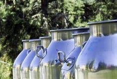 Conteneurs de lait Photographie stock libre de droits