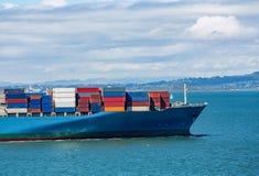 Conteneurs de marchandises colorés sur le bateau images stock